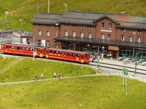 Wengen, Zwitserland 08/17/2010 Rekspoorweg die tot Jun leiden stock afbeelding