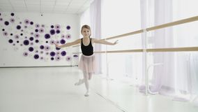 Wenig übendes Ballett des würdevollen Mädchens im Studio stock video footage
