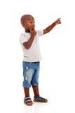 Wenig afrikanisches Jungenzeigen Lizenzfreie Stockfotos