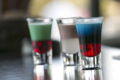 Wenig Alkohol coctails an der Bar nahe dem Pool Stockfotografie