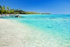 Wenig Anlegestelle auf tropischem Strand mit erstaunlichem Wasser Stockfotos