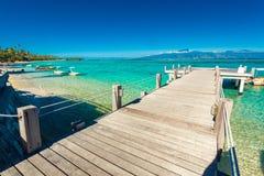 Wenig Anlegestelle und Boot auf tropischem Strand mit erstaunlichem Wasser, machen fest stockfotografie