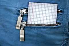 Wenig Anmerkung in der Gesäßtasche von Jeans Stockbilder
