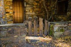 Wenig antike Holztür eines rustikalen Hauses in Umbralejo Guadalajara im Herbst stockfotografie
