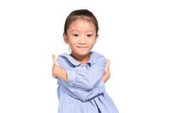 Wenig asiatische Mädchenaufstellung reizend und glücklich mit Isolathintergrund Stockfotos