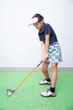 Wenig asiatisches Mädchen takine Golfclubtraining Stockbilder