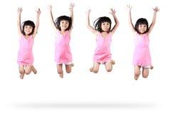 Wenig asiatisches Mädchenspringen Stockfotos