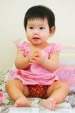Wenig asiatisches Mädchen-Lächeln Stockfotos