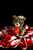 Wenig Bär mit Herzen mitten in rosafarbenem Blumenblatt Lizenzfreies Stockbild