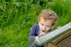 Wenig Babyspiel auf dem Gras lizenzfreie stockbilder