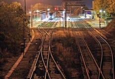 Wenig Bahnstation nachts Stockfotografie