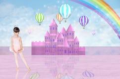 Wenig balerina vor einem rosa feenhaften Schloss Lizenzfreies Stockbild
