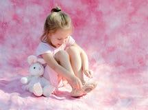 Wenig Ballerinaspielen Stockfoto