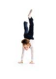 Wenig Balletttänzer bilden Handstand stockfotografie