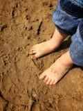 Wenig barfüßigkind, das den Sand am Strand im Sommer genießt Lizenzfreie Stockbilder