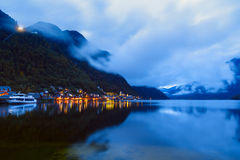 Wenig berühmtes Hallstatt-Dorf in den Alpen an der Dämmerung in Österreich Stockfoto