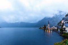 Wenig berühmtes Hallstatt-Dorf in den Alpen an der Dämmerung in Österreich Lizenzfreie Stockbilder