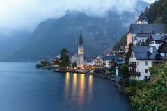 Wenig berühmtes Hallstatt-Dorf in den Alpen an der Dämmerung in Österreich Lizenzfreie Stockfotografie