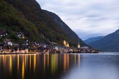 Wenig berühmtes Hallstatt-Dorf in den Alpen an der Dämmerung in Österreich Stockfotografie