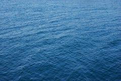 Wenig bewegt in See-Wasser wellenartig Stockbild