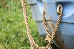 Wenig blaues Boot mit Seil Lizenzfreie Stockfotos