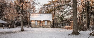 Wenig Blockhaus im Wald Stockfotografie