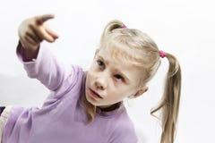 Wenig blondes Mädchenpfeifen Weißer Hintergrund Niedrige Schärfentiefe stockbild