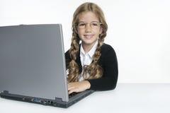Wenig blondes Schulemädchen mit Laptop Lizenzfreies Stockfoto
