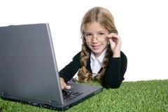 Wenig blondes Schulemädchen mit Laptop Lizenzfreie Stockfotos