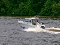 Wenig Boot in Kaunas-Meer am 14. Juni 2013 in Kaunas, Litauen. Stockfotos
