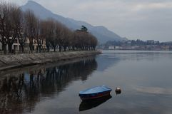 Wenig Boot am lecco u. an x27; s-See Stockbild