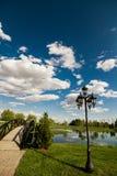Wenig Brücke über einem Teich Stockbild