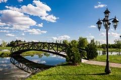 Wenig Brücke über einem Teich Lizenzfreie Stockfotos