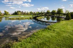 Wenig Brücke über einem Teich Stockfotografie