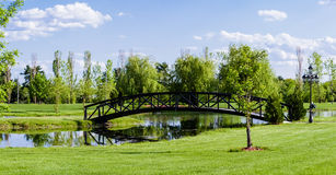 Wenig Brücke über einem Teich Stockfotos