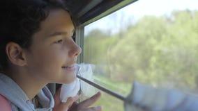 Wenig das Mädchen, das Jugend ist, ist der Wanderer, der durch Zuglebensstil reist Reisetransport-Eisenbahnkonzept touristische S stock video