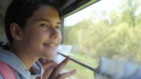 Wenig das Mädchen, das Jugend ist, ist der Wanderer, der mit dem Zug reist Reisetransport-Eisenbahnkonzept touristischer Schulleb stock video footage
