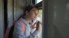 Wenig das Mädchen, das Jugend ist, ist der Wanderer, der mit dem Zug reist Reisetransport-Eisenbahnkonzept touristisches Schulmäd stock footage