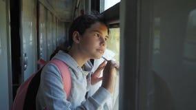 Wenig das Mädchen, das Jugend ist, ist der Wanderer, der mit dem Zug reist Reisetransport-Eisenbahnkonzept touristisches Schulmäd stock video footage