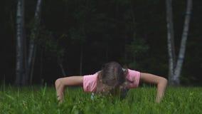 Wenig das Mädchen, das Stoß tut, ups Gymnastik an der Frischluft stock footage