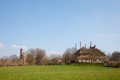 Wenig Dorf in der holländischen Landschaft Stockbilder