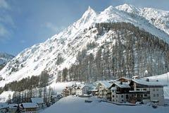 Wenig Dorf in der Unterseite des Berges Lizenzfreie Stockfotos