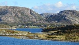 Wenig Dorf im Fjord lizenzfreie stockbilder