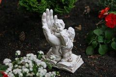 Wenig Engel in der Gotthand Stockfotos