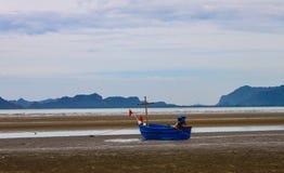 Wenig Fischerboot und blauer Himmel Lizenzfreies Stockfoto