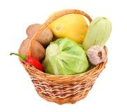 Wenig Flechtweide mit Gemüse Stockfoto