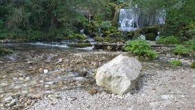 Wenig Fluss und Wasserfälle Lizenzfreie Stockfotos
