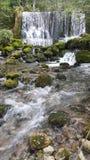 Wenig Fluss und Wasserfälle Stockfotos