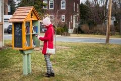 Wenig freie Straßen-Bibliothek auf einem Hausfassadeyard im Vorort und in a Lizenzfreies Stockbild