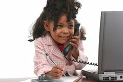 Wenig Geschäftsfrau am Telefon Stockfoto